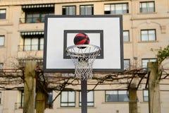 Voo da bola na rede do basquetebol Imagem de Stock Royalty Free