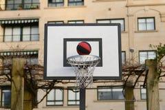 Voo da bola na rede do basquetebol Imagens de Stock Royalty Free