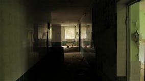 Voo da câmera no corredor da casa abandonada POV, steadycam video estoque