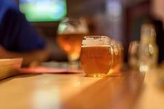 Voo da cerveja na tabela de madeira no microbrewery fotos de stock royalty free