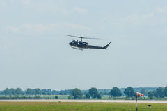 Voo da demonstração do Iroquois militar de Bell UH-1 do helicóptero Fotos de Stock Royalty Free