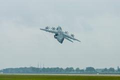 Voo da demonstração no dia chuvoso dos aviões militares Airbus A400M Atlas do transporte Fotos de Stock Royalty Free
