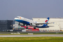 Voo da entrega de Chongqing Airlines Airbus A320 Foto de Stock