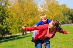 Voo da mãe e do filho no parque do outono Fotos de Stock Royalty Free