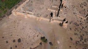 Voo da metragem do zangão sobre um kasbah em Marrocos video estoque