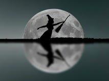 Voo da silhueta da bruxa de Dia das Bruxas com cabo de vassoura Lua cheia Re Fotos de Stock Royalty Free