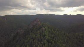 Voo da vista aérea sobre o voo das montanhas altas vídeos de arquivo