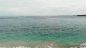 voo da vista 4K aérea sobre o litoral Praia virgem tropical na ilha de Bali imagens de stock