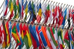 Voo das bandeiras nacionais imagens de stock