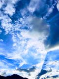 Voo das nuvens a um outro destino fotografia de stock