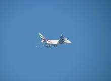 Voo de Airbus A380 dos emirados em Hamburgo Fotografia de Stock Royalty Free