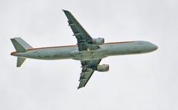 Voo de Airbus no céu Fotos de Stock Royalty Free