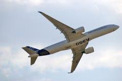 Voo de Airbus A350 no salão de beleza aeroespacial internacional de MAKS Foto de Stock