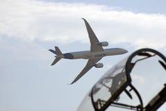 Voo de Airbus A350 no salão de beleza aeroespacial internacional de MAKS Imagens de Stock