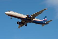 Voo de Airbus A321 VP-BWN dos aviões de Aeroflot da linha aérea do russo no céu azul Fotografia de Stock