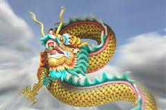 Voo de borrão da estátua do dragão da porcelana do zumbido da ação no céu Fotos de Stock