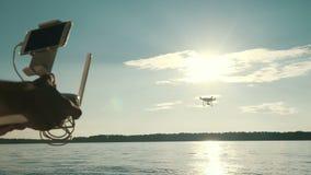 Voo de controlo do zangão do quadcopter do homem video estoque