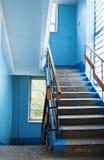 Voo de escadas em um prédio velho imagem de stock