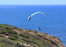 Voo de Parashoot ao longo da costa Imagem de Stock