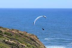 Voo de Parashoot ao longo da costa Fotografia de Stock Royalty Free