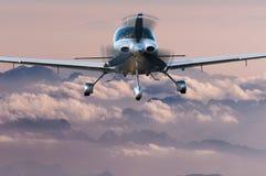 Voo de Privat Airplane acima da silhueta das montanhas altas no por do sol Conceito do curso e fundo das férias Foto de Stock Royalty Free