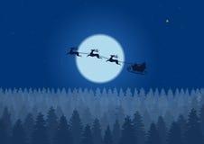 Voo de Santa através do céu noturno sob o trenó de Santa da floresta do Natal que conduz sobre madeiras perto da lua grande na no Foto de Stock