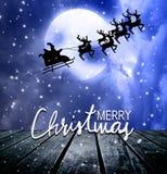 Voo de Santa sobre a parte superior da Lua cheia e do telhado imagens de stock royalty free
