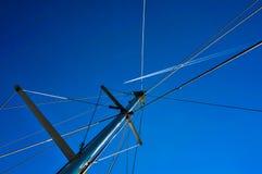 78544fbe359d Voo de um avião em um céu azul contra um iate fotografia de stock