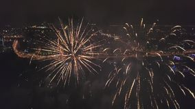 Voo dentro dos fogos de artifício, vista do zangão no panorama da cidade na noite vídeos de arquivo