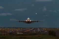 Voo do amanhecer do avião de passageiros de Airbus A380 Foto de Stock Royalty Free