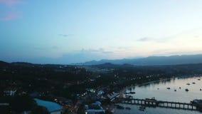 Voo do avião da vista aérea no céu da noite sobre os barcos e os navios que estão no mar video estoque