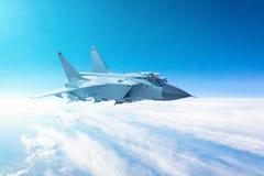 Voo do avião de combate com um fundo do céu azul fotos de stock