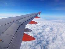 Voo do avião de EasyJet acima das nuvens Fotografia de Stock Royalty Free