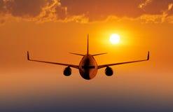 Voo do avião do passageiro no céu Imagem de Stock