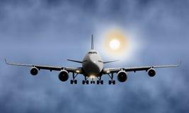Voo do avião do passageiro no céu nebuloso Fotografia de Stock Royalty Free