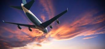 Voo do avião em um por do sol nebuloso ilustração royalty free