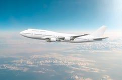 Voo do avião do passageiro a nível do voo alto no céu acima das nuvens e do céu tonificado azul Vista diretamente na parte diante Foto de Stock Royalty Free