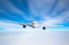 Voo do avião do passageiro a nível do voo alto no céu acima das nuvens e do céu tonificado azul Vista diretamente na parte diante Fotografia de Stock