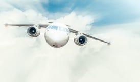 Voo do avião comercial no céu nebuloso azul. Imagem de Stock