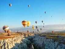 Voo do balão de ar quente em Cappadocia Fotografia de Stock