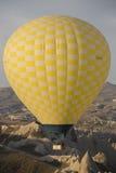 Voo do balão de ar quente em Cappadocia, Turquia imagens de stock royalty free