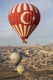 Voo do balão de ar quente em Cappadocia, Turquia fotografia de stock royalty free