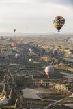 Voo do balão de ar quente em Cappadocia, Turquia imagem de stock royalty free