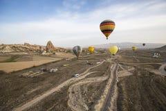 Voo do balão de ar quente em Cappadocia, Turquia foto de stock royalty free