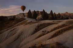 Voo do balão de ar quente, Goreme, Cappadocia, Turquia foto de stock