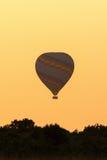 Voo do balão de ar quente no alvorecer Imagem de Stock Royalty Free