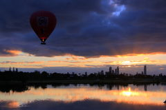 Voo do balão no nascer do sol Fotografia de Stock Royalty Free