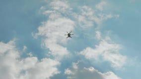 Voo do helicóptero no céu azul nebuloso video estoque