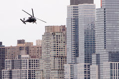 Voo do helicóptero por construções da cidade Imagens de Stock