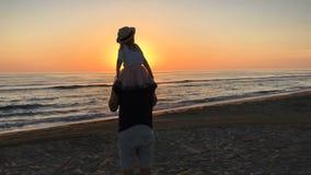 Voo do pai e da filha na praia vídeos de arquivo